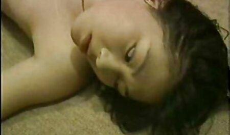 एक काली औरत दूर एक आदमी कोट लेता है, और कमर पर पैर सेट एक बड़ा इंग्लिश फिल्म फुल सेक्स है