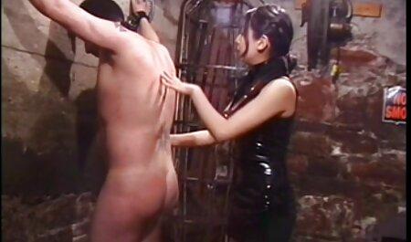 Squinty-नेत्र सेक्सी इंग्लिश वीडियो मूवी लड़की ड्रेसिंग रूम में एक बिकनी पहने