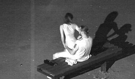 एक बड़ा सेक्सी इंग्लिश मूवी दर्पण के सामने बैठे लड़की और एक घूंट ट्रंक नारीत्व
