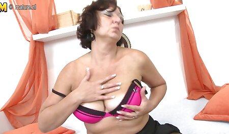 दिलचस्प विकल्प, बेडरूम में छेद के शीर्ष पर गुलाबी कपड़ों में इंग्लिश सेक्सी मूवी दिखाओ एक दोस्त के छेद